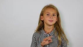 Говорящ нет указывать вверх Девушка показывает категорически отказ акции видеоматериалы