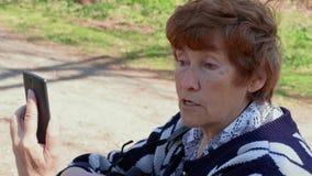 Говорящ через женщину мобильного видео- приложения старшую, согласитесь, противоречьтесь акции видеоматериалы