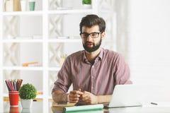 Говоря бизнесмен в офисе Стоковые Фото