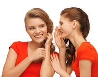 2 говоря девочка-подростка в красных футболках Стоковое Изображение RF