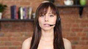 Говоря женщина центра телефонного обслуживания, обслуживание клиента крытое Стоковые Изображения RF