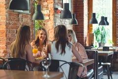 Говоря женщины в кафе Стоковое Изображение RF