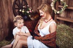 2 говоря односельчанки сидя на стоге сена Стоковая Фотография RF