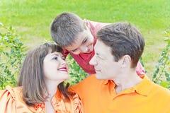 Говоря семья с отцом и сыном матери Стоковые Изображения