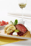 Говядина с варениками cream соуса и хлеба Стоковое фото RF