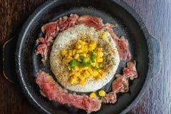 Говядина и рис на горячей железной плите Стоковое Фото