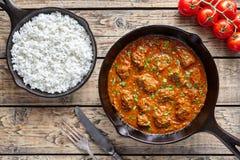 Говядина масла Мадраса традиционная замедляет еду мяса овечки chili кашевара индийскую пряную с рисом Стоковые Изображения