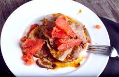 Говядина с соусом грейпфрута на деревянной предпосылке Стоковая Фотография