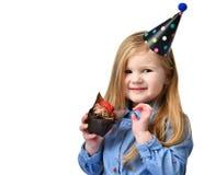 3 года ребенк девушки едят сладостную булочку шоколадного торта с плодоовощами празднуя в изолированной крышке дня рождения Стоковое фото RF