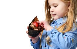 3 года ребенк девушки едят сладостную булочку шоколадного торта с плодоовощами празднуя в изолированной крышке дня рождения Стоковые Фото