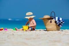 Годовалый малыш 2 играя на пляже стоковые фото