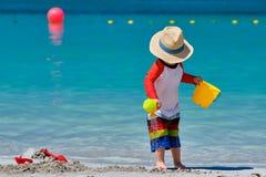 Годовалый малыш 2 играя на пляже стоковое фото rf