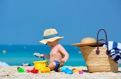 Годовалый малыш 2 играя на пляже стоковые изображения rf