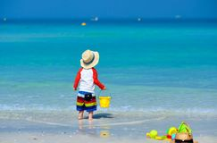 Годовалый малыш 2 играя на пляже стоковые изображения