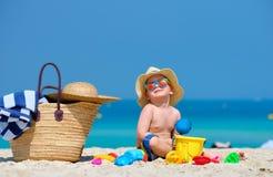Годовалый малыш 2 играя на пляже стоковая фотография rf