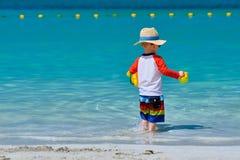Годовалый малыш 2 играя на пляже стоковое фото