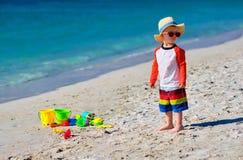 Годовалый малыш 2 играя на пляже стоковая фотография