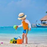 Годовалый малыш 3 играя на пляже стоковое фото