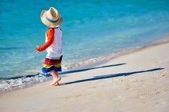 Годовалый мальчик малыша 2 идя на пляж стоковая фотография