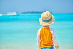 Годовалый мальчик малыша 3 на пляже стоковая фотография