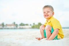 Годовалый мальчик малыша 3 на пляже стоковые изображения
