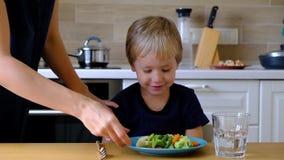 Годовалый мальчик 4 отказывая съесть овощи акции видеоматериалы