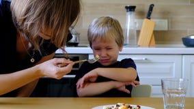 Годовалый мальчик 4 отказывая съесть овощи сток-видео