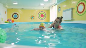 Годовалый ребенок ныряет под водой в бассейне видеоматериал
