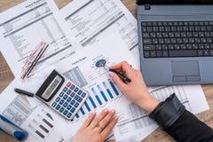 Годовой бюджет учета бизнес-леди стоковые фото
