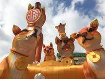 Год дисплея фонарика собаки на Чайна-тауне под небом стоковое изображение