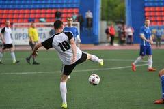Год 8-ое июня 2017 †Оренбурга, России «: Футбол игры мальчиков Стоковые Изображения