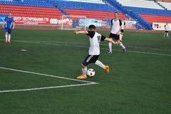 Год 8-ое июня 2017 †Оренбурга, России «: Футбол игры мальчиков Стоковое Изображение RF