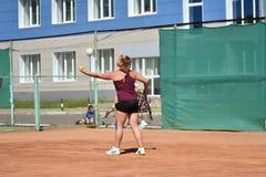 Год Оренбурга, России - 15-ое августа 2017: девушка играя теннис Стоковое Фото