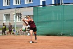 Год Оренбурга, России - 15-ое августа 2017: девушка играя теннис Стоковая Фотография