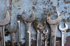 Год сбора винограда инструментов стали ванадия заржаветый аппаратурой старый различно на старой сини стоковые фото