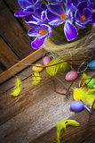 Год сбора винограда карточки украшения пасхи eggs корзина деревянная Стоковое Изображение
