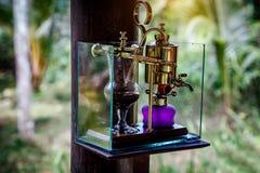Год сбора винограда переливает через сифон для делать свежий кофе стоковые фотографии rf