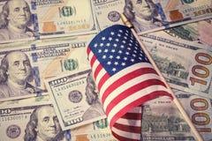 Год сбора винограда, ретро взгляд Американский флаг на предпосылке счетов доллара США принципиальная схема финансовохозяйственная Стоковое фото RF