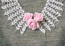 Год сбора винограда связал воротник, розовые розы на ткани холста Стоковые Фото