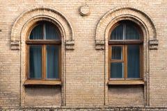 Год сбора винограда 2 сдобрил окна в стене желтых кирпичей Зеленый цвет - цвета стекла волны моря в maroon темноте - красное дере Стоковое фото RF