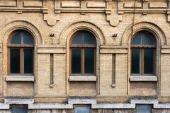 Год сбора винограда 3 сдобрил окна в стене желтых кирпичей Зеленый цвет - цвета стекла волны моря в maroon темноте - красный цвет Стоковая Фотография RF