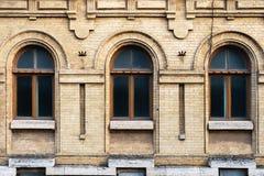 Год сбора винограда 3 сдобрил окна в стене желтых кирпичей Зеленый цвет - цвета стекла волны моря в maroon темноте - красный цвет Стоковые Фото