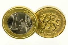 Год сбора винограда смотря монетки английского фунта; валюта Великобритании стоковая фотография rf
