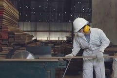 Год сбора винограда тонизировал изображение профессионального молодого азиатского работника в белой форме и оборудование для обес Стоковая Фотография