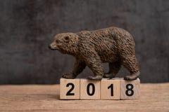 Год 2018 финансовый или концепция рынка с понижательной тенденцией вклада с медведем стоковое изображение rf