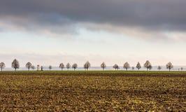 Голгофа с деревьями около поля земледелия Луг и сельская местность в чехии Облака грома над зданием вероисповедания Стоковые Фотографии RF