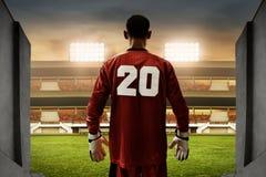 Голкипер футбола стоя на входах стадиона Стоковые Фото