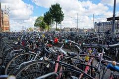 Голландия, Амстердам, автостоянка велосипеда на станции Стоковые Изображения RF