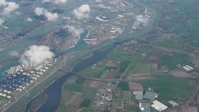 Голландия, взгляды из окна самолета портов и промышленных зон около моря видеоматериал