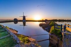 Голландская ветрянка во время захода солнца Стоковая Фотография RF